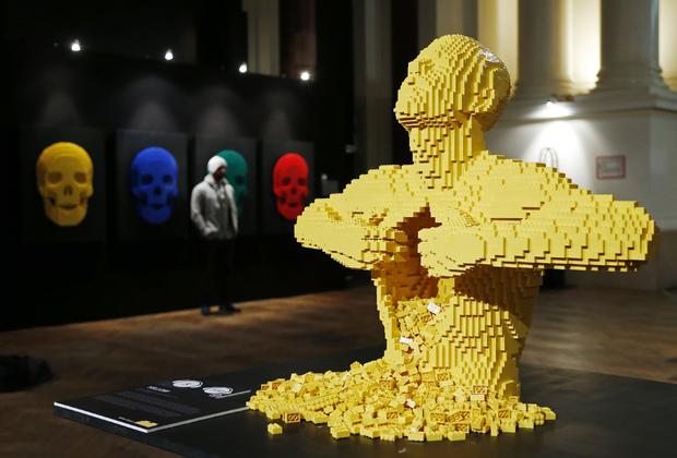 Скульптура «Yellow» Натана Савайа из кубиков LEGO