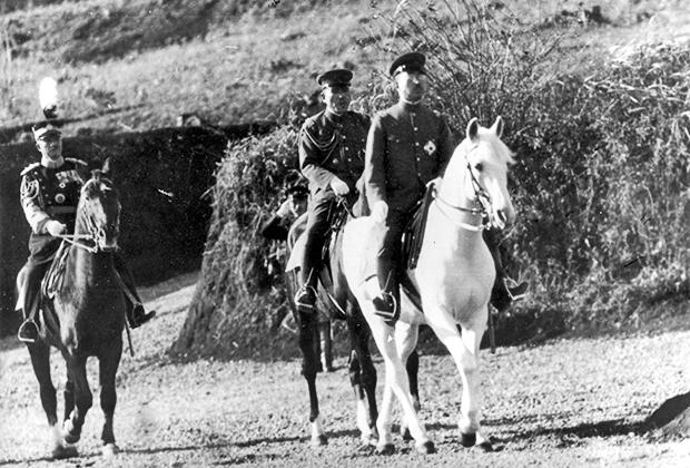 Королева Великобритании Елизавета II и император Хирохито въезжают в ворота Букингемского дворца