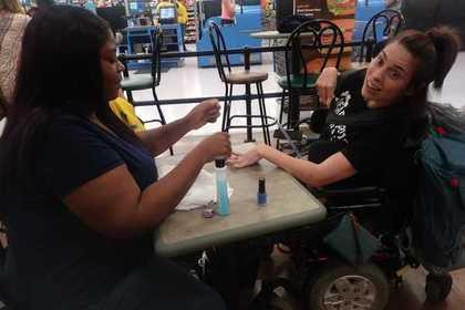 Больную параличом женщину выставили из маникюрного салона из-за трясущихся рук