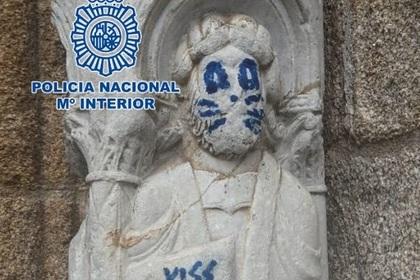 Статую святого XII века осквернили синей кошачьей мордой