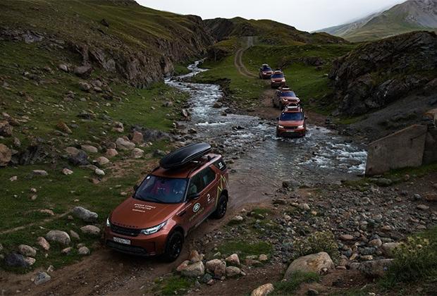 Кыргызстан — страна горных рек и зеленых долин. Несмотря на малоснежную зиму, форсировать броды различной глубины нам приходилось регулярно. Впрочем, для Land Rover Discovery 5 это не проблема —он способен форсировать брод глубиной почти метр.