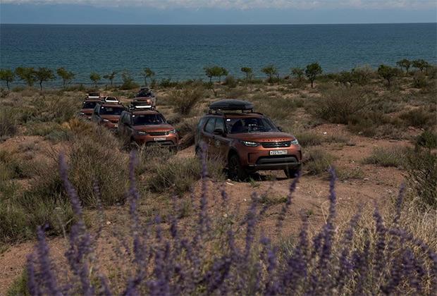 Озеро Иссык-Куль — крупнейшее в стране и одно из самых больших в мире горных озер. На пустынном южном берегу можно снимать фильмы про индейцев, а куда более зеленый северный берег —настоящая киргизская Ривьера. Жаль, что сезон длится всего пару месяцев.
