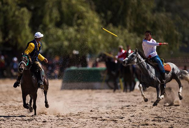 Участники игры в джирит (метание копья на лошадях) на Всемирных играх кочевников-2016.