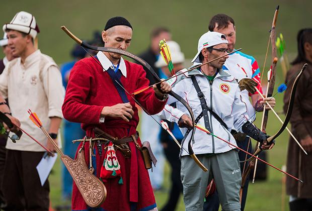 Участники соревнований в стрельбе из лука на Всемирных играх кочевников-2016.