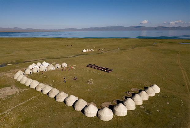 Озеро Сонкёль — одно из крупнейших в Кыргызстане. В озере нельзя ни плавать на лодке, ни ловить рыбу из-за заповедного статуса. В летнее время луга вдоль озера превращаются в крупнейшее пастбище страны, а зимой людей на берегах вообще нет.