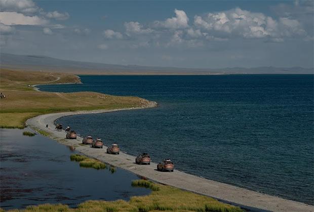 Дорога вокруг озера Сонкёль занимает несколько часов, а дистанция превышает 100 километров. Озеро расположено на высоте три километра, и двигателям автомобилей на такой высоте приходится трудно.