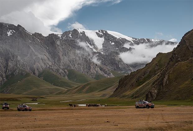Широкие долины в обрамлении снежных шапок пятитысячников —канонический пейзаж Кыргызстана. На фоне могучего Тянь-Шаня и Кавказ, и тем более Альпы выглядят невысокими холмиками.