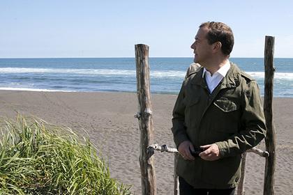 Песок из-под ног Медведева выставили на продажу