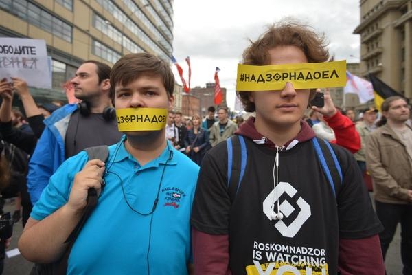 Участники митинга за свободный интернет на проспекте Академика Сахарова в Москве