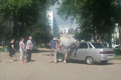 Избивший пенсионера россиянин извинился в соцсети и исчез