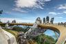 Пешеходный мост в Аннамских горах открылся для туристов в июне 2018 года. Огромные каменные руки, держащие золотую конструкцию, на самом деле сделаны вовсе не из камня. Это каркас, покрытый стальной сеткой. Дизайнеры воплотили эту идею, чтобы создать видимость древности.
