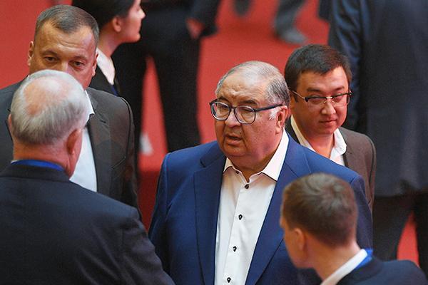 Алишер Усманов (в центре)