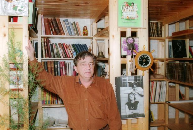 Эдуард Успенский в своей библиотеке
