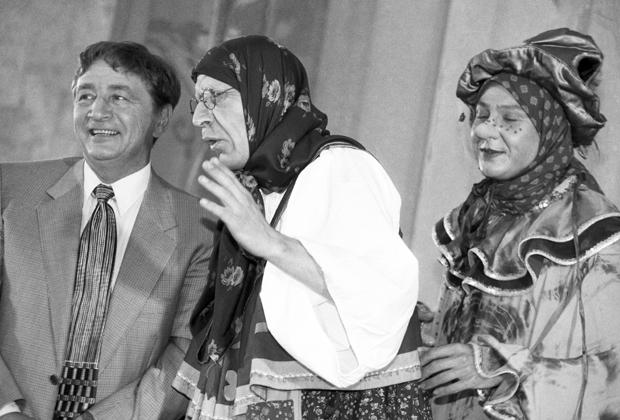 """Эдуард Успенский (слева) и артисты, изображающие """"Бабу Ягу"""" во время встречи с юными читателями в Государственной детской библиотеке"""