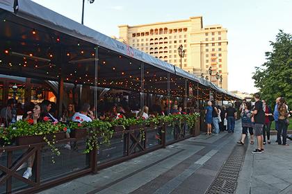Московских рестораторов попросили закрыть летние кафе