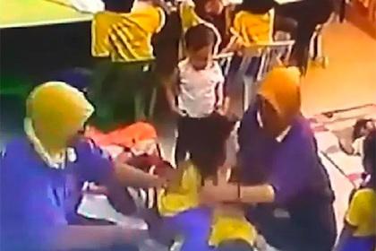 Воспитатели побили детей и попали на видео