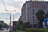 В этом доме на Кутузовском проспекте 11 декабря 1981 года было совершено одно из самых громких преступлений в истории СССР — убийство знаменитой актрисы Зои Федоровой, снявшейся более чем в 60 фильмах; среди них «Зеленый огонек», «Свадьба в Малиновке» и  «Москва слезам не верит». Федорову застрелили в ее собственной квартире на четвертом этаже. <br> <br> Тело женщины обнаружил племянник: он пришел навестить родственницу, зная, что та должна быть дома, но дверь никто не открыл. Обеспокоенный молодой человек вернулся домой за запасными ключами, которые тетя хранила у него, проник в квартиру и прошел в гостиную. По его воспоминаниям, Федорова сидела за столом, сжимая в руке телефонную трубку и запрокинув голову на спинку кресла. Лицо женщины было залито кровью. <br> <br> Убийство актрисы до сих пор остается нераскрытым. Известно лишь, что в качестве одной из версий следователи рассматривали связь Федоровой с криминальным миром, а именно — с «бриллиантовой» мафией. Как выяснили оперативники, Федорова занималась контрабандой: она вывозила и перепродавала в США скупленные в ломбардах драгоценные камни. Предполагалось, что в ее квартире мог храниться целый чемодан драгоценностей, подготовленных для передачи в Штаты. Кроме того, как рассказывал журналистам старший инспектор по особо важным делам МУРа Сергей Бутенин, убийцы могли знать, что актриса коллекционировала бриллианты и хранила драгоценности дома. Основным мотивом расправы над Федоровой считалось ограбление.