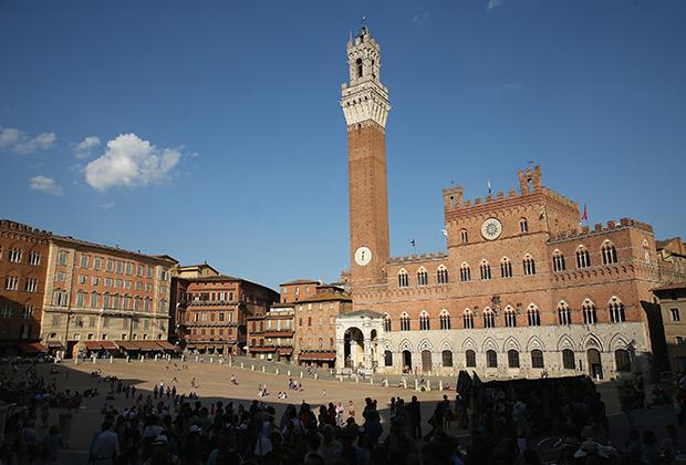 Палаццо Публико —городская ратуша —в дни Палио украшается флагами всех 17 контрад.