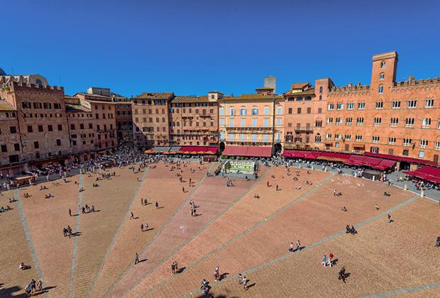 В обычные дни на площади распивают вино студенты, отдыхают туристы и в больших количествах клюют хлебные крошки голуби.