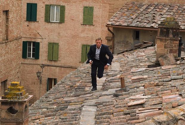 Мировую известность Сиене принес фильм «Джеймс Бонд: Квант Милосердия», действие которого разворачивается прямо во время Палио. Для съёмок часть гоночного круга даже засыпали песком.