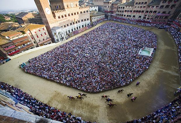 В день гонки вся площадь Кампо забита людьми. Сюда приходят около 80 тысяч человек, что в полтора раза превышает население города.