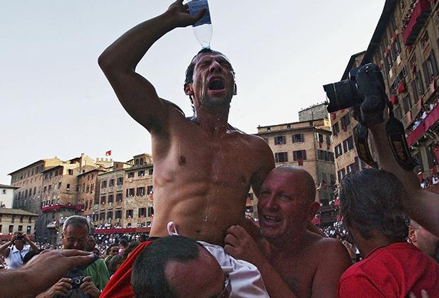 Июльское Палио 2004 года выиграли «Жирафы» (Giraffa), благодаря жокею Альберто Риччери. У него всего три победы в 23 гонках. Как и Брускелли он родился в Сиене.
