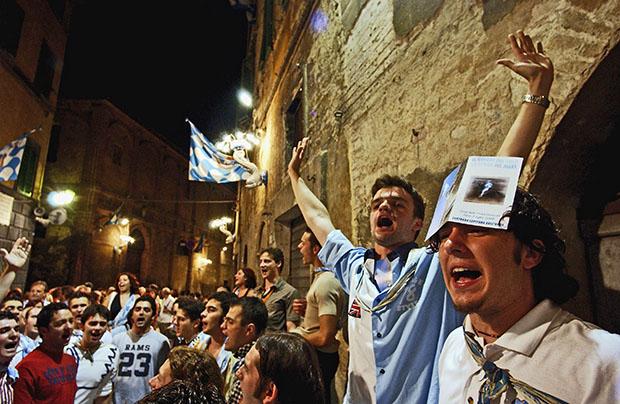 Общественные ужины устраиваются практически всю неделю Палио. На фото праздничный ужин контрадайоли «Волны» (Onda) 1 июля 2004 года.