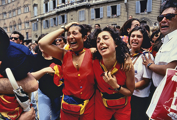 Во время гонки контрадайоли не могут сдержать эмоции. Нередки случаи, когда люди падают в обмороки от эмоционального перенапряжения. На фото контрадайоли «Улитки» (Chiocciola).