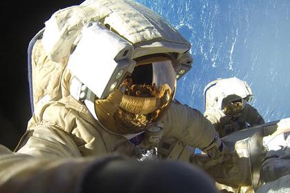 Российские космонавты задержались в открытом космосе