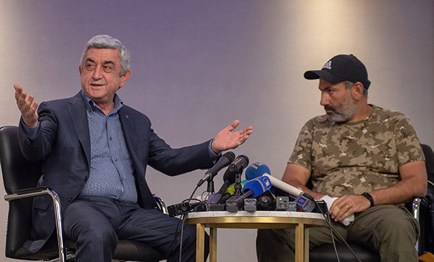 Премьер-министр Серж Саргсян (слева) и лидер протестного движения «Мой шаг» Никол Пашинян во время встречи в гостинице Marriott Armenia на площади Республики в Ереване