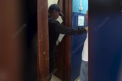 Пассажир бизнес-класса пинал полицейских и требовал отправить его «баиньки»