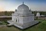 Цель проекта «Потерянная и найденная Индия» — возродить интерес как туристов, так и граждан страны к сотням незаслуженно игнорируемых достопримечательностей. Мавзолей Хошанга — один из старейших в стране, построен из мрамора еще в XV веке. Говорят, падишах Шах-Джахан посылал сюда за вдохновением архитекторов, строивших для него Тадж-Махал. Сейчас мавзолей в древнем Манду явно менее знаменит, чем Тадж-Махал.
