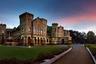 Это здание в штате Уттаракханд построено в 1902 году, оно было летней резиденцией одного из губернаторов. В последующее столетие в нем часто останавливались именитые персоны, в том числе несколько президентов Индии. Здание, как отмечает фотограф, похоже на типичный шотландский замок. Всего в нем 113 комнат.