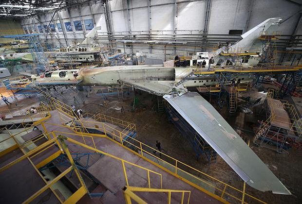 Самолет Ту-22М3М в цехе окончательной сборки Казанского авиационного завода