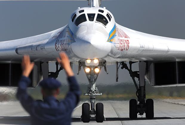 Сверхзвуковой стратегический бомбардировщик-ракетоносец Ту-160 демонстрируется в День открытых дверей на базе дальней авиации аэродрома Энгельса (Саратовская область), август 2017 года