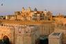 Джунагадх — древний город, чье название в переводе означает «старая крепость». Прежде он назывался Чинтамани. Каждый из правителей, проживавших здесь, строил в крепости новый дворец для себя. В XX веке некоторые здания были спроектированы уже не местными, а британскими архитекторами. В отличие от большинства традиционных индийский крепостей, построенных на холмах, Джунагадх возведена на равнине. Вокруг простирается город Биканер.