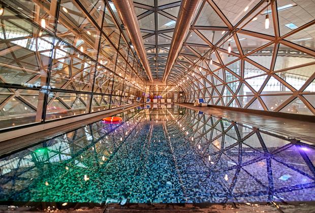 Международный аэропорт Хамад в столице Катара Дохе — один из самых современных в мире. Открытие его состоялось в 2014 году —на пять лет позже намеченного срока. Зато тут есть 25-метровый бассейн, тренажерный зал и джакузи. Насладиться всем этим можно всего за 35 долларов.