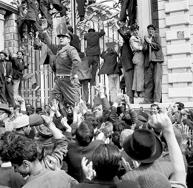 Выступающий на стороне шаха Мохаммеда Резы Пехлеви офицер во время протестов встал в позу итальянского диктатора Бенито Муссолини