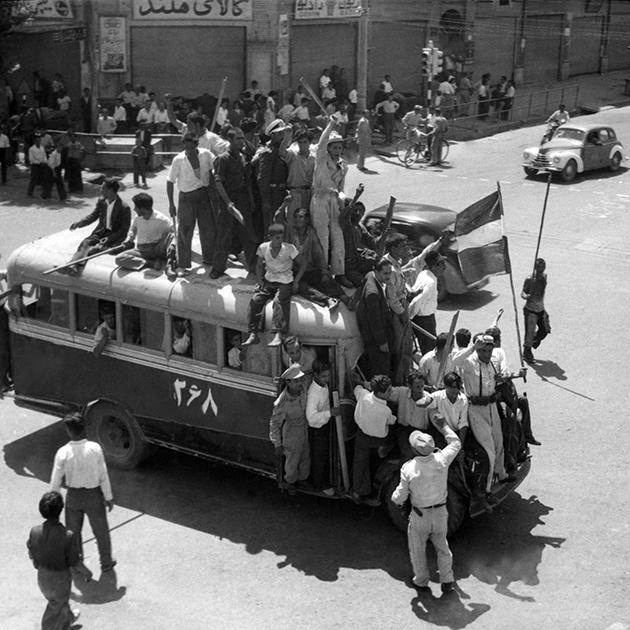 Демонстранты едут к месту уличных протестов 19 августа 1953 года