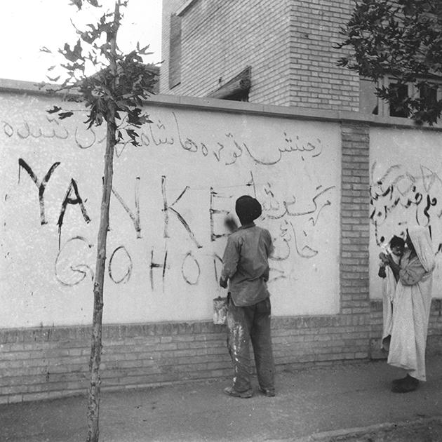 Житель Тегерана по призыву нового правительства стирает граффити «Янки, убирайтесь домой» после протестов и свержения Мосаддыка