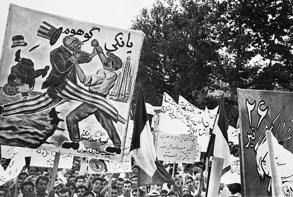 Члены коммунистической Народной партии «Туде» с антиамериканскими плакатами на массовой демонстрации