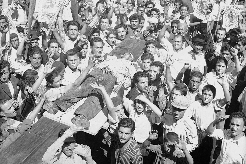 Тело демонстранта, убитого 19 августа 1953 года