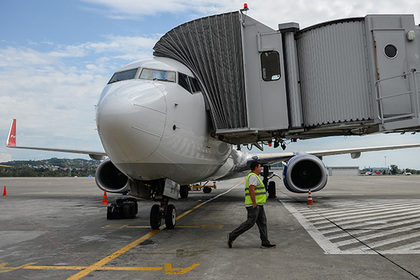 Российский самолет сел в Турции со сломанным двигателем