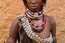 Хамер — это народ, населяющий плодородную часть долины реки Омо, так называемую зону Дебуб в юго-западной Эфиопии. Из 46 тысяч людей племени хамер только семь окончили среднюю школу. Это скотоводы, владеющие большим количеством крупного рогатого скота. Полигамия является частью их культуры, мужчина часто имеет более одной жены. У первой жены более высокий статус. У женщины на фото— несколько ожерелий. Верхнее, с выступом, символизирует то, что она является первой женой. Всего жен три — по количеству ожерелий. Фото сделано на рынке в главном поселке территории хамеров — Турми, когда женщина просто пришла на рынок из своей деревни.