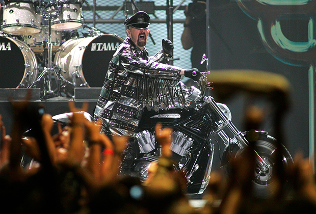Лидер Judas Priest Роб Хэлфорд в традиционном кожано-металлическом наряде выезжает на сцену на мотоцикле. Металлическая субкультура в своей эстетике весьма близка байкерской и часто связана с ней: многие фанаты металла ездят на мотоциклах и наоборот.