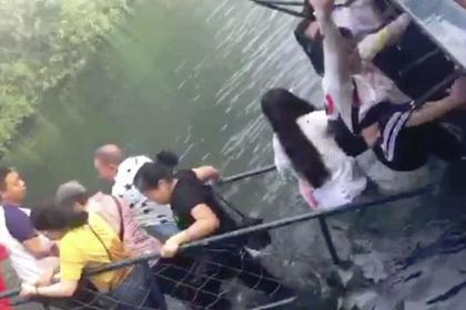 Турист попытался сделать селфи и обрушил мост