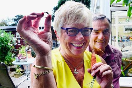Британка благодаря морковке нашла потерянное 12 лет назад кольцо