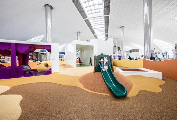 Взрослым в Дубае непросто: за мелкие нарушение порядка можно получить тюремный срок. Зато детям раздолье — в главном аэропорту эмирата есть интерактивные детские комнаты.