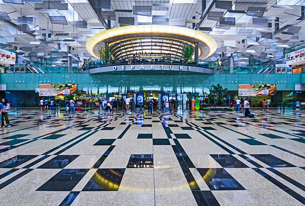 Сингапур —это чистота, порядок и богатство, а его аэропорт Чанги —один из лучших в мире. Он был открыт в 1981 году и в период с 1987 по 2007 год получил более 280 наград. Терминалы регулярно обновляются, а в арсенале гавани появляются все новые фишки для пассажиров.