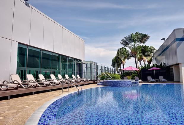 Например, на крыше одного из терминалов находится плавательный бассейн с шезлонгами и джакузи.